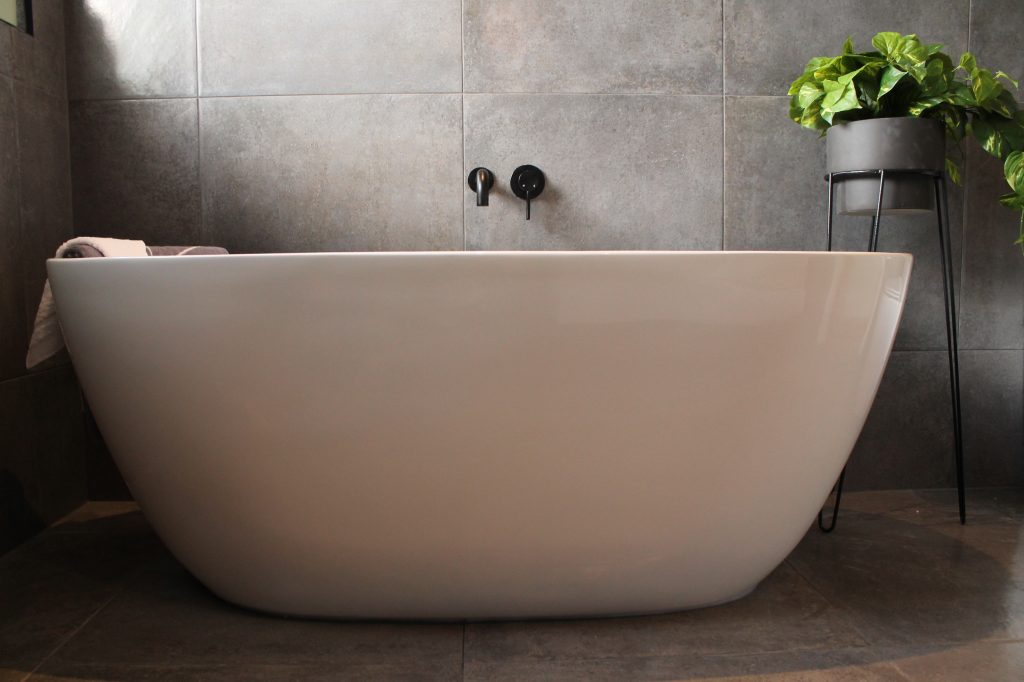 Freestanding bath grey wall tiles